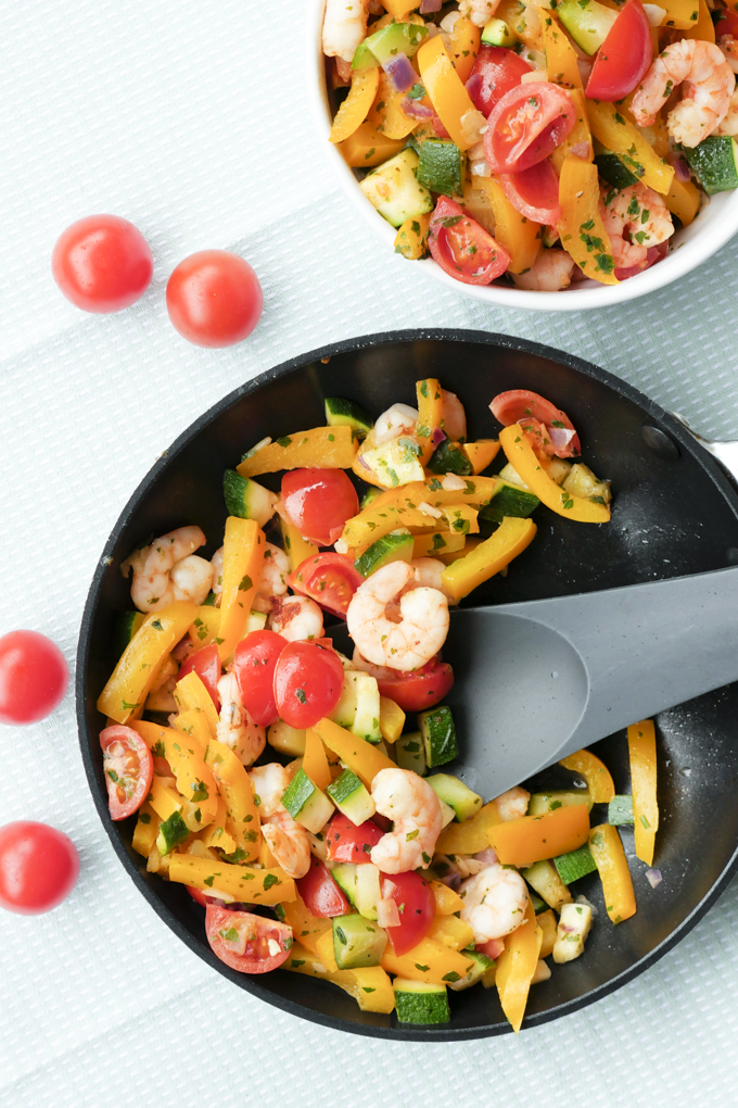 Turbo-fast shrimp pan with peppers, zucchini and tomatoes - palate friend Foodblog # vegetable fritters # shrimp fries # zucchini #fast recipes #delete #healthy cooking #lowcarb