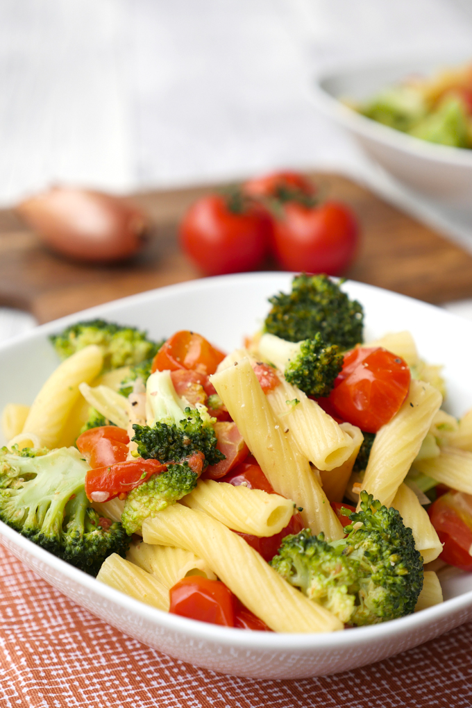 Fast One Pot noodles for children with broccoli and tomatoes
