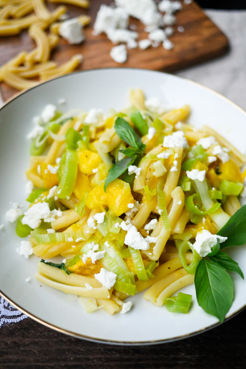 Fast Mango -Lauch-Pasta with feta and basil
