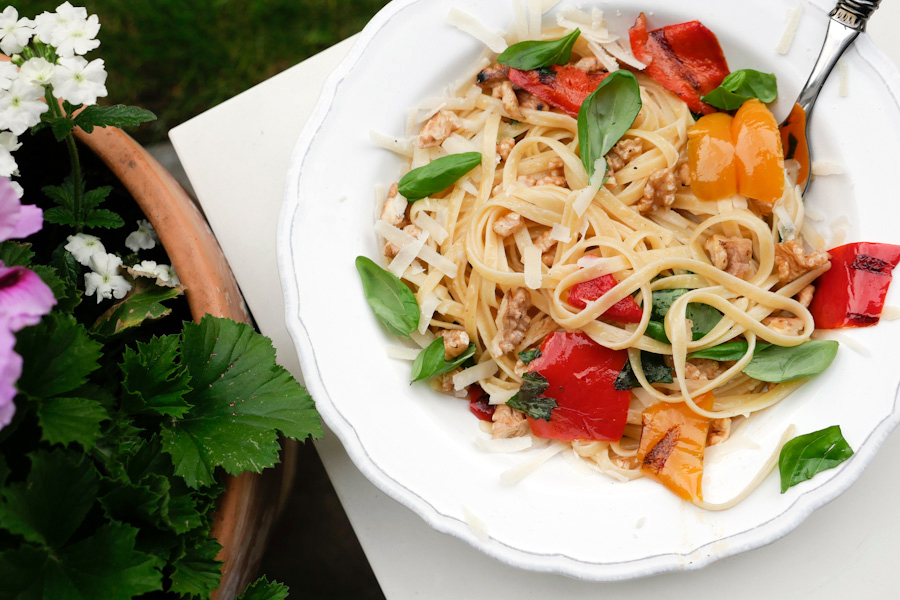 Recipe for quick pasta with walnuts and grilled peppers