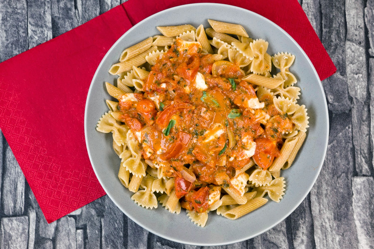 Pasta with summer tomato and mozzarella sauce