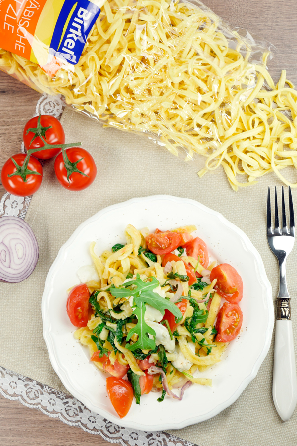Recipe for Mediterranean spaetzle with rocket, mozzarella and tomato
